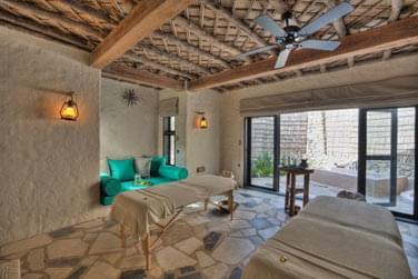 Les salles de traitement sont décorées simplement, avec des tons clairs et offrent un accès sur une cour privative